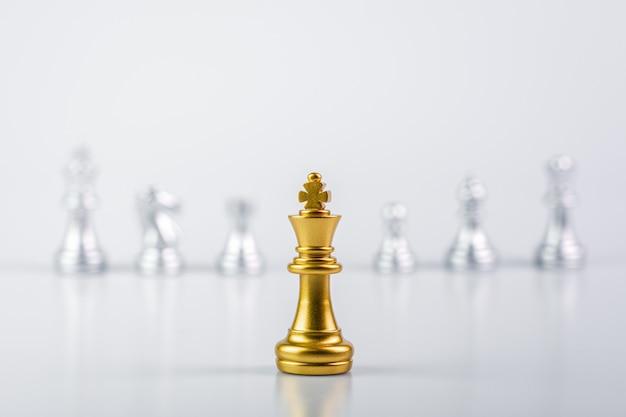 Gouden koningsschaak die vijanden tegenkomt