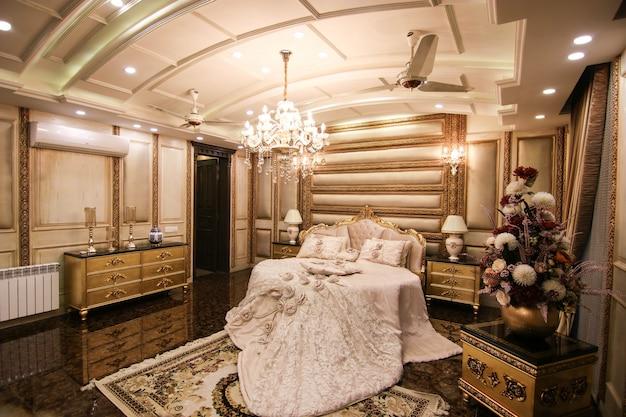 Gouden koninklijke slaapkamer met bed