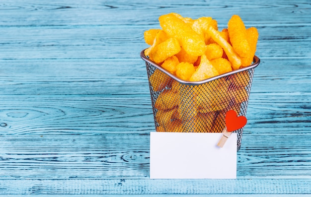 Gouden krokante chips in een ijzeren mand
