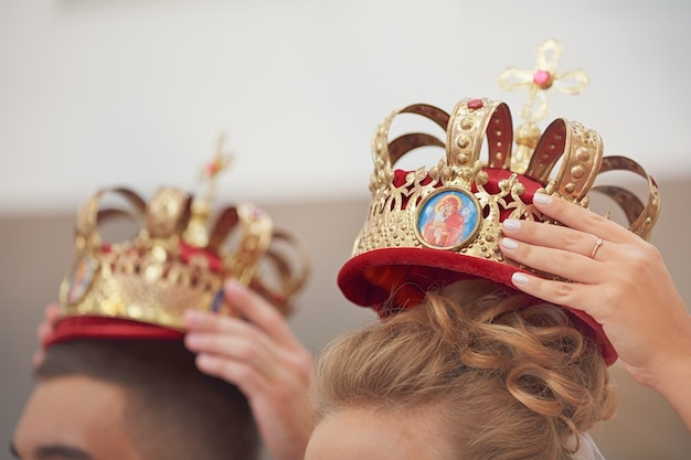 Gouden kronen voor huwelijksceremonie in de orthodoxe kerk