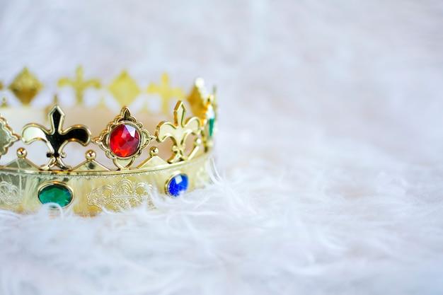 Gouden kroon met gekleurde edelstenen. copyspace.