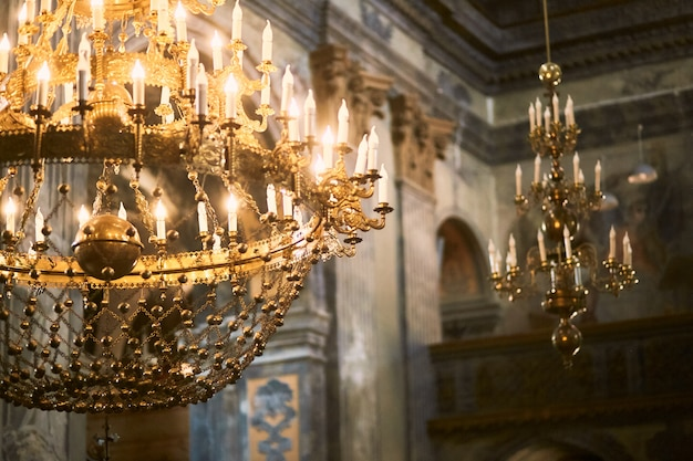 Gouden kroonluchter hangt aan het plafond in de kerk