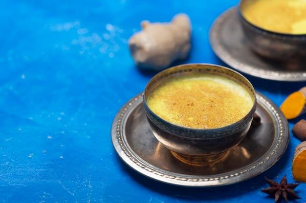 Gouden kurkumamelk met ingrediënten