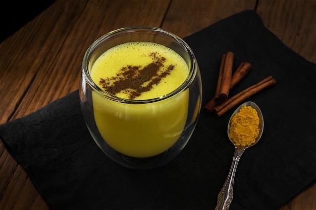Gouden latte met kaneel. traditionele indiër drinkt kurkumamelk