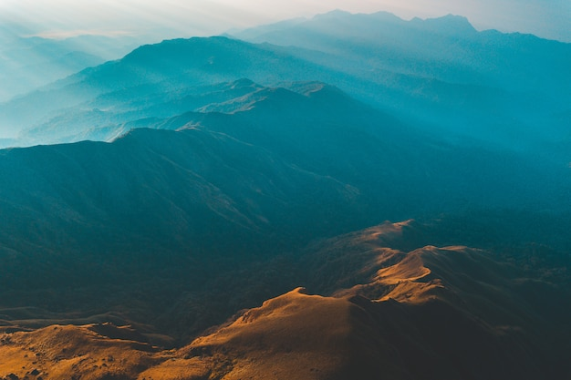 Gouden licht van de ochtendzon en de mist bedekt op mount mulayit, in myanmar Premium Foto