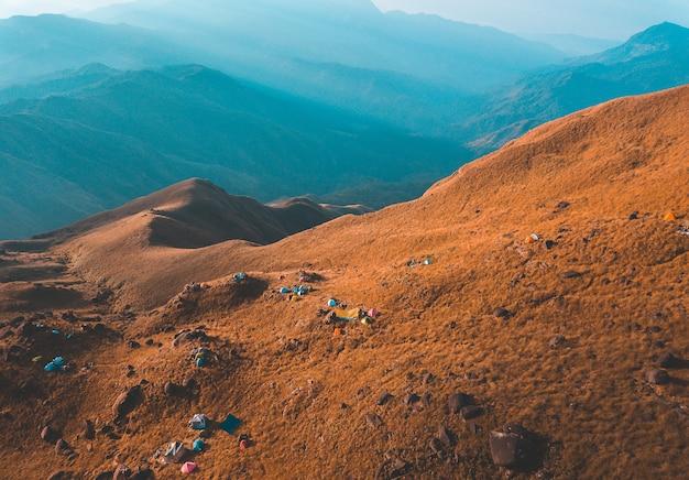 Gouden licht van de ochtendzon en de mist bedekt op mount mulayit, in myanmar
