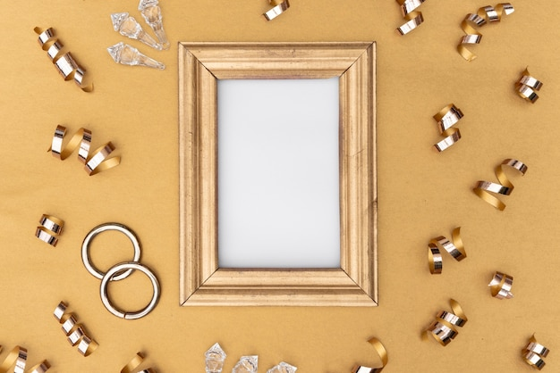 Gouden lijst met verschillende decoraties