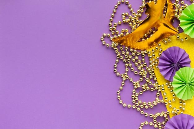 Gouden masker en papieren decoraties kopiëren ruimte