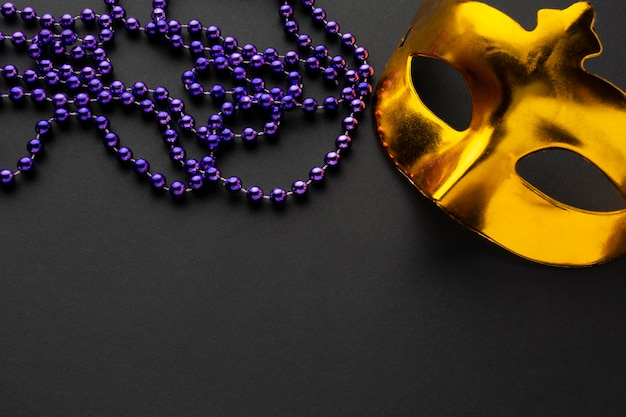 Gouden masker en violette parels hoge weergave