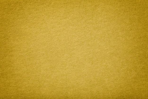 Gouden matte suède stoffenclose-up. fluwelen textuur.