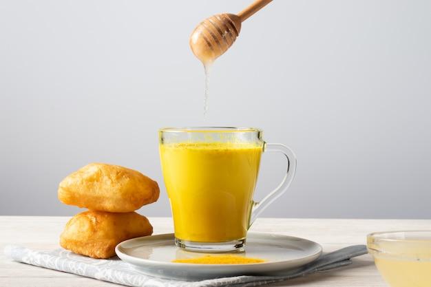 Gouden melk met kurkuma en honing, een traditionele indiase drank