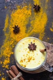 Gouden melk of latte met kurkumapoeder met kruiden