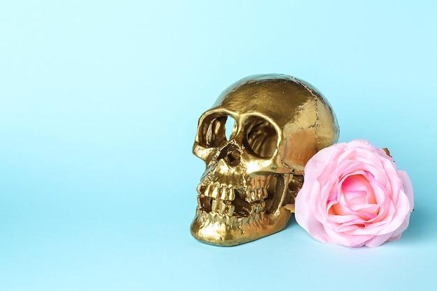 Gouden menselijke schedel met bloem