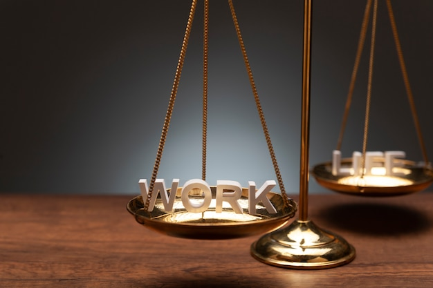 Gouden messingssaldoschaal op houten bureau en grijze achtergrond