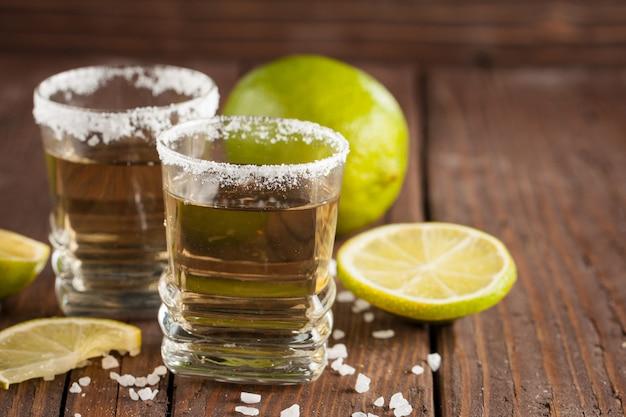 Gouden mexicaanse tequila met limoen