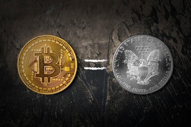 Gouden munt bitcoin en zilveren dollar met een teken is gelijk. donkere achtergrond