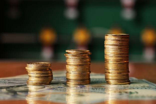 Gouden munten dollars geld op tafel