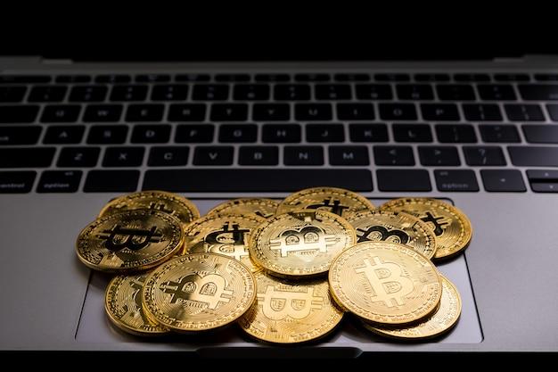 Gouden munten met bitcoin symbool op computer.