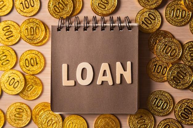 Gouden munten stapel achtergrond met belettering lening