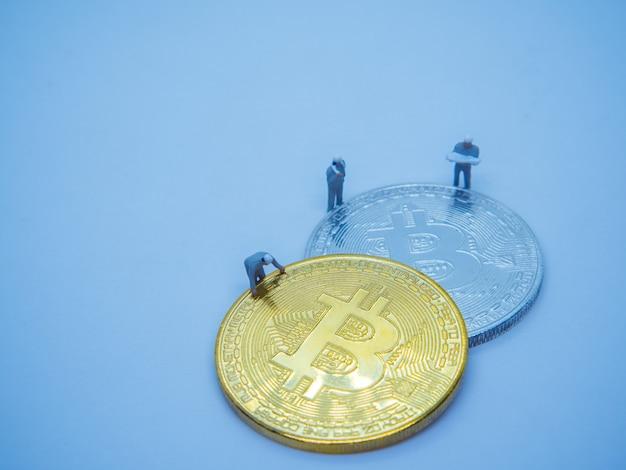 Gouden munten van bitcoin cryptocurrency digitale bit munt btc valuta op blauwe achtergrond