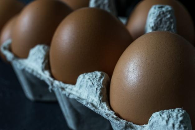 Gouden natuurlijke biologische eieren, kippeneieren. natuurlijke producten voor massaproductie. verse zelfgemaakte eieren milieuvriendelijk product