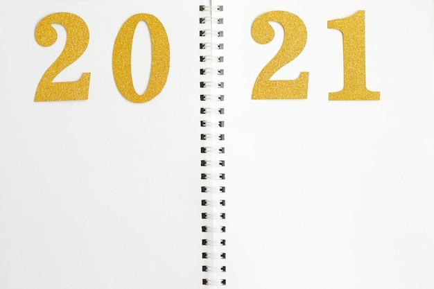 Gouden nummer 2021 op open notitieboekje.