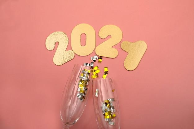 Gouden nummers 2021 op roze achtergrond. nieuwjaarsviering