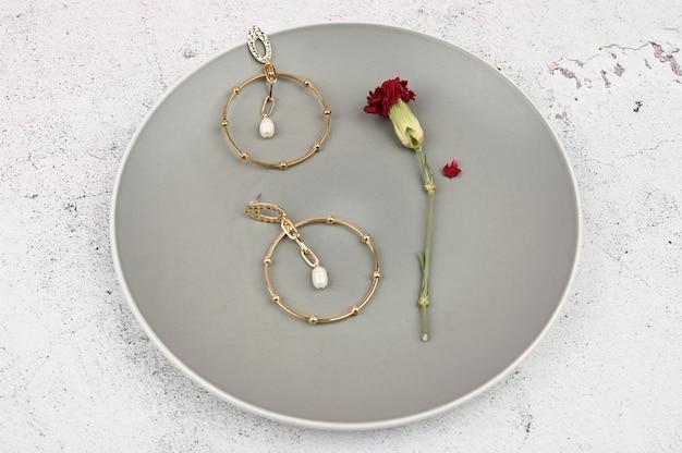 Gouden oorbellen in een bord