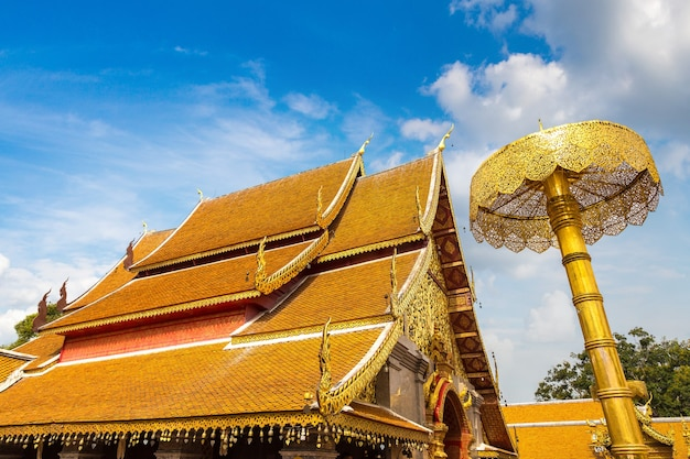 Gouden pagode wat phra that doi suthep in chiang mai in thailand