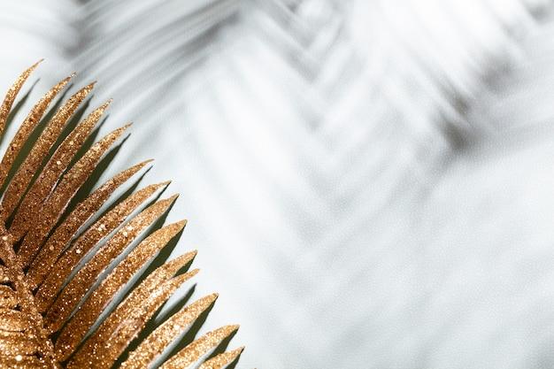 Gouden palmbladeren en schaduwen