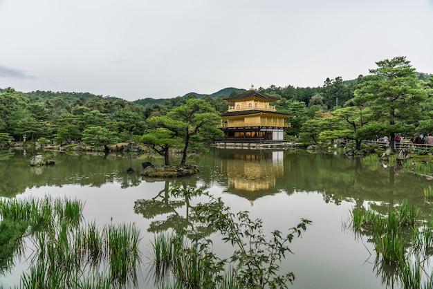 Gouden paviljoen bij kinkakuji-tempel, kyoto japan