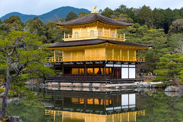 Gouden paviljoen, kinkakuji-tempel in kyoto in japan