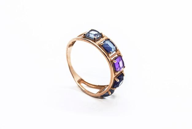 Gouden ring met edelstenen geïsoleerd op wit
