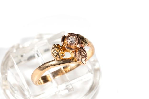 Gouden ring met een kleine diamant. frame in de vorm van druivenbladeren op basis van de black hills