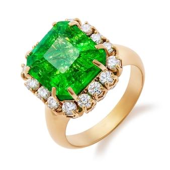 Gouden ring met grote smaragd en diamanten geïsoleerd op wit