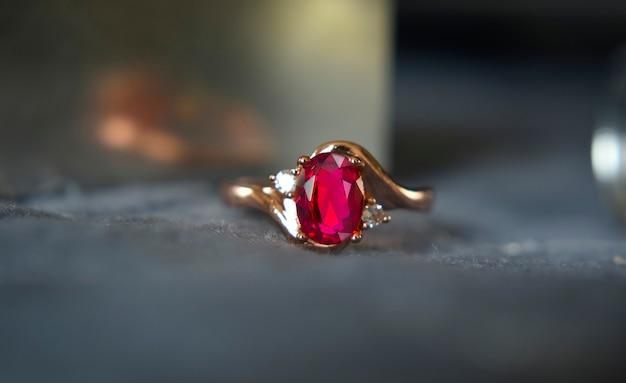 Gouden ring met rode robijn