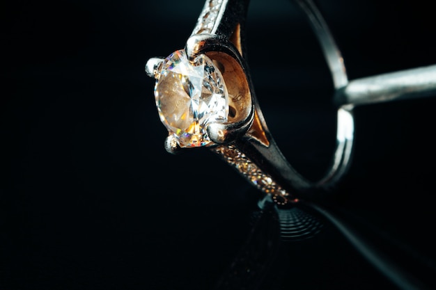 Gouden ring sieraden op zwarte achtergrond close-up, macro