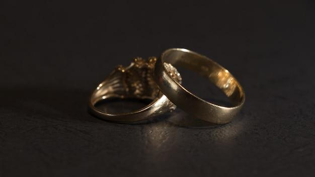 Gouden ringen donkere scène