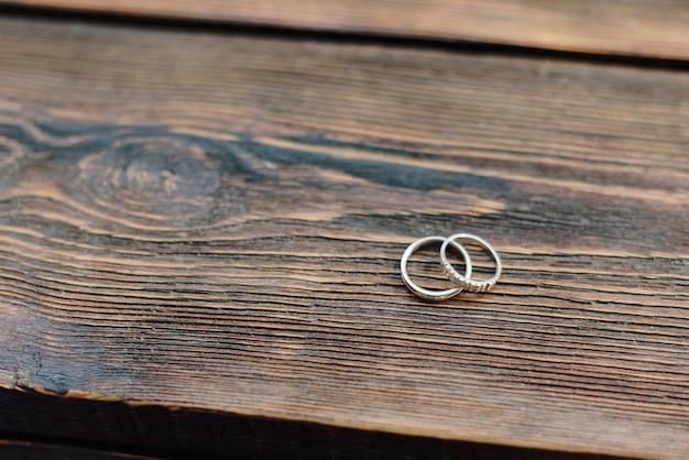 Gouden ringen jonggehuwden op bruin houten tafel