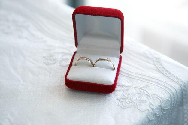 Gouden ringen voor bruiloften zitten in de doos