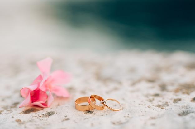Gouden ringen voor een bruiloft en een kostbare ring voor de bruid
