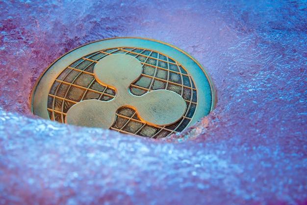 Gouden ripple-munt, online digitale valuta bevroren in het blauwe ijs.