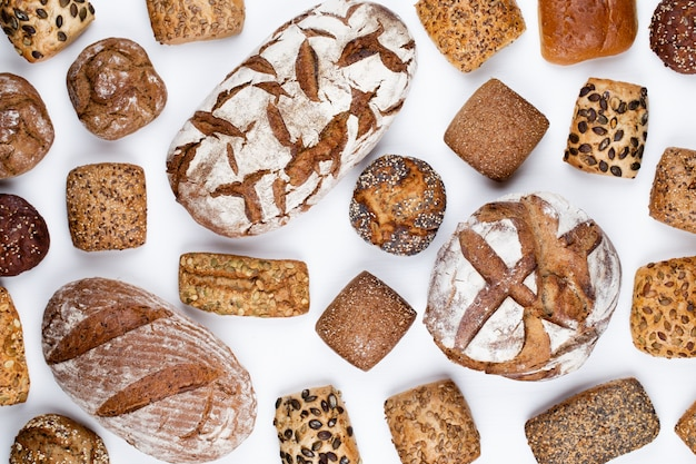 Gouden rustieke knapperige broden en broodjes op houten.