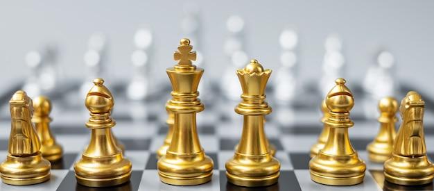 Gouden schaakfiguurteam op schaakbord