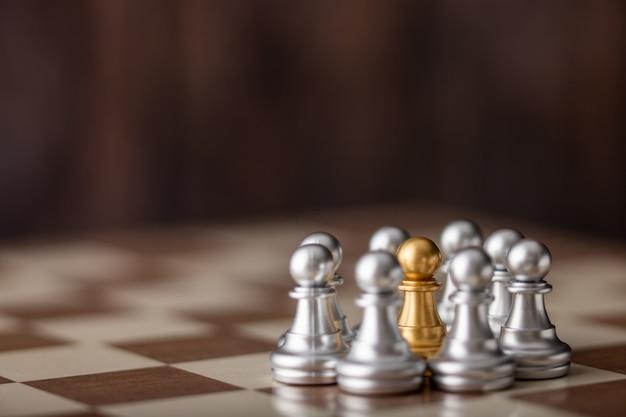 Gouden schaakstuk dat zich in het midden aan boord bevindt
