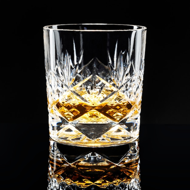 Gouden schotse whisky op een zwarte achtergrond a