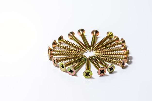 Gouden schroeven zijn gerangschikt in een cirkel. gele zinkkopschroeven