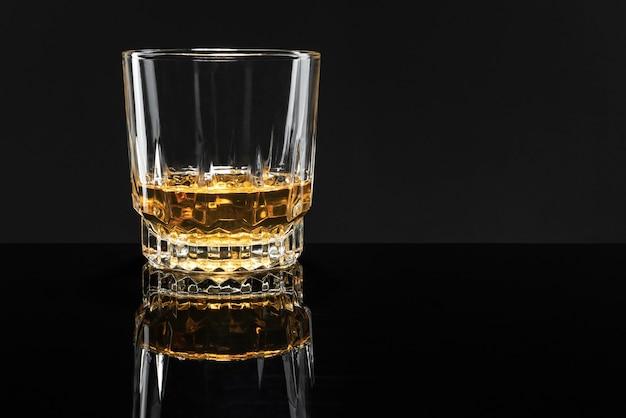 Gouden scotch whisky op een zwarte