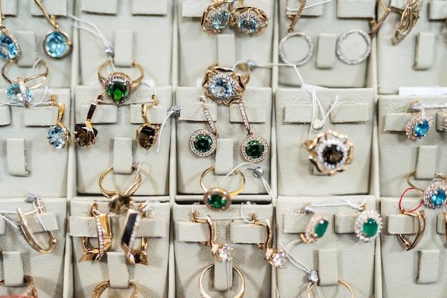Gouden sieraden collectie bij etalage in de winkel