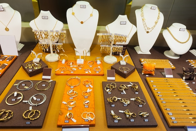 Gouden sieraden in etalage